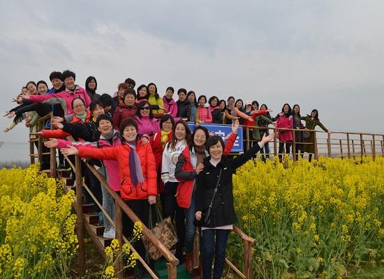 该村滨江临湖,是该县唯一的少数民族聚居村,是安徽省首批美好乡村建设示范村。该村大力发展特色产业,牛羊养殖、肉鸽养殖、瓜蒌种植,取得了良好的收益。先后被授予民族团结进步模范单位、全国少数民族特色村寨,民族文化氛围浓郁。同时有着鲜明的渡江红色历史,渡江战役中,该村穆斯林先辈们积极拥军支前,荣获中国人民解放军第二野战军第五兵团授予的伊斯兰的英雄锦旗,是开展爱国主义主题教育、革命传统红色教育、民族团结特色教育的好地方,成为首批安徽省民族团结进步教育基地。在该村万亩油菜花景点,美丽的花海吸引了女检察官驻足